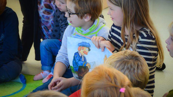 Die großen Schulkinder lesen den kleinen Krippenmäusen vor